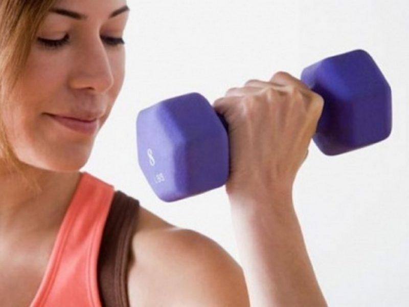 Във фитнеса след два месеца изолация – кръгова тренировка с малки тежести