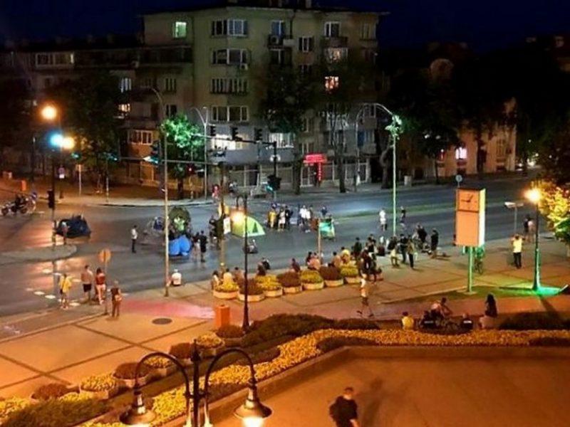 """Цирк, обвинения за наркотици и за едната бройка меле на """"къмпинга"""" във Варна"""