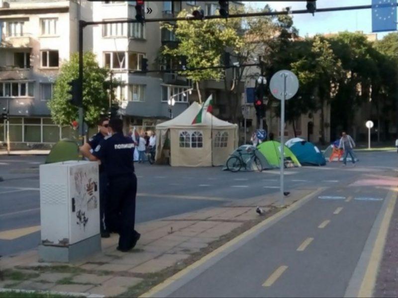 И тази сутрин във Варна палатките блокират кръстовището пред общината