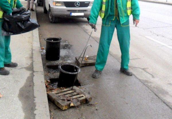 Започна есенното почистване на дъждоприемните шахти във Варна