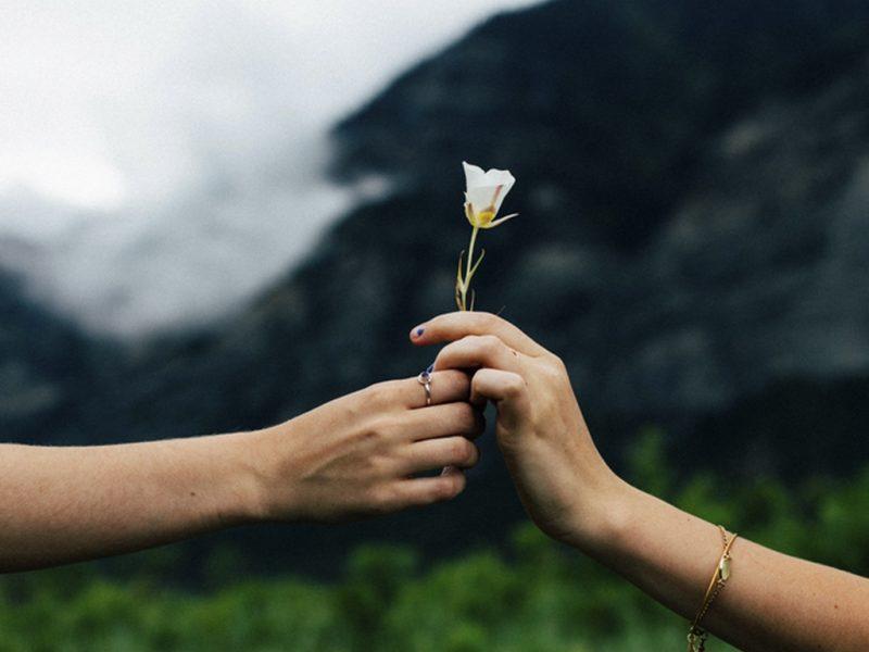 Да държиш ръка или да оковеш душа