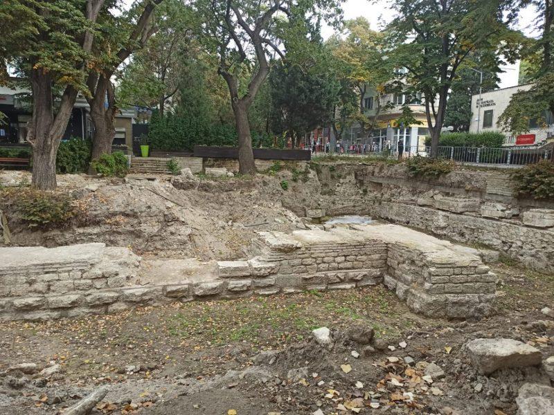 """Продължават археологическите разкопки в градинката на ул. """"Цар Симеон I"""""""
