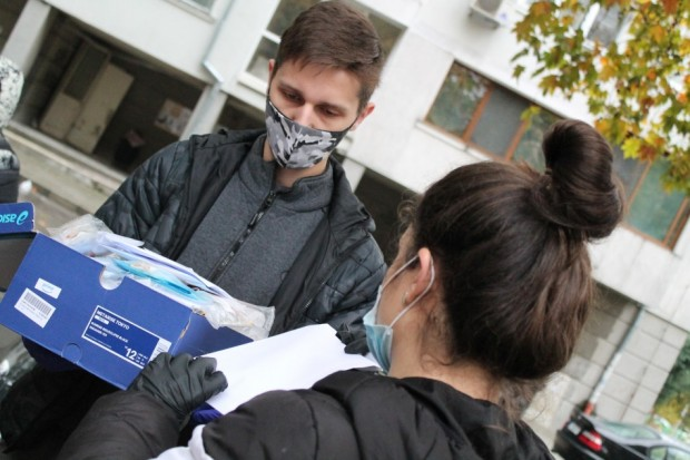 """Учениците от СУ """"Найден Геров"""" дариха 1400 предпазни маски"""