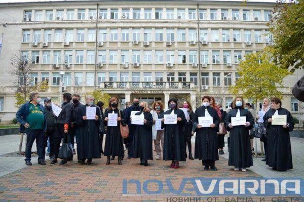 Адвокати от Варна излязоха на протест