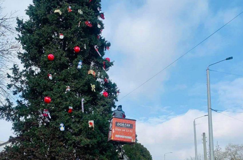 Аспаруховци украсиха елхата си в центъра на квартала