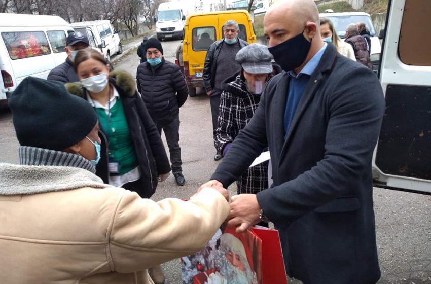 Коледни пакети с продукти от първа необходимост получиха нуждаещи се във Владиславово