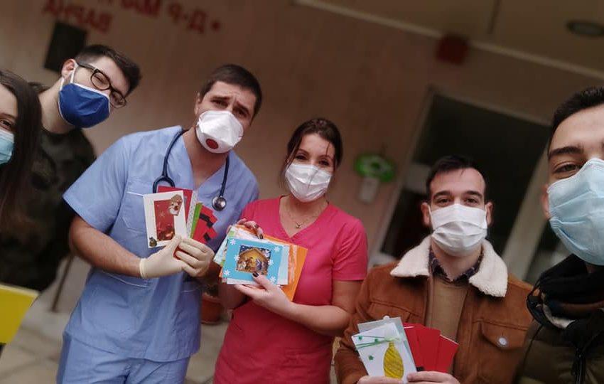 Студенти зарадваха с коледни картички пациенти от варнеската онкология