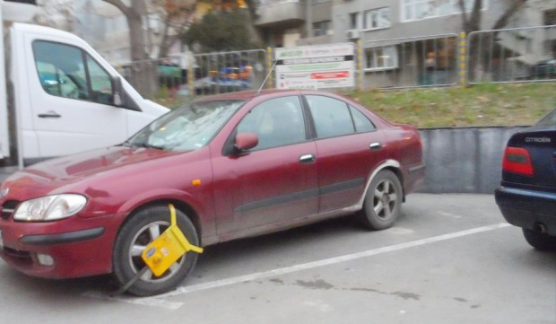 Варненецът, чийто автомобил стои закопчан един месец на паркинг, очаква съдействие от съда и общината