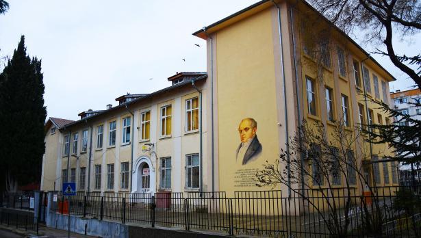 Изрисуваха фасадите на още две варненски училища