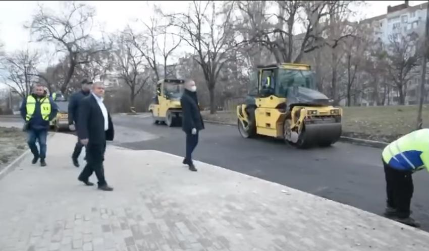 """Приключва полагането на асфалт в района около автоподлеза на ул. """"Царевец"""""""