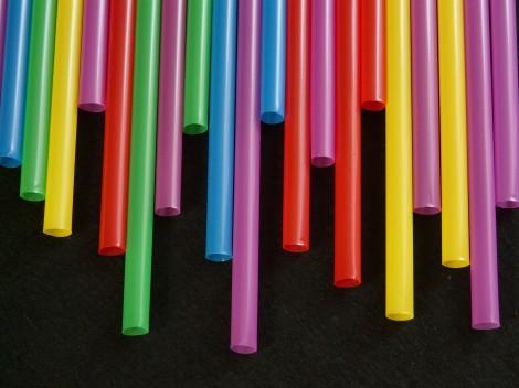 От 3 юли забраняват със закон пластмасови сламки, чинии, прибори и други