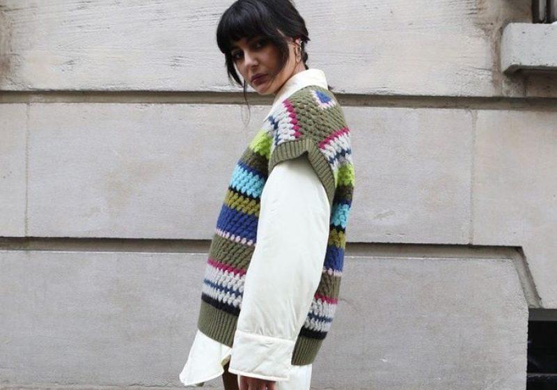 Перфектният стайлинг за ранна пролет: плетена жилетка и кожени панталони