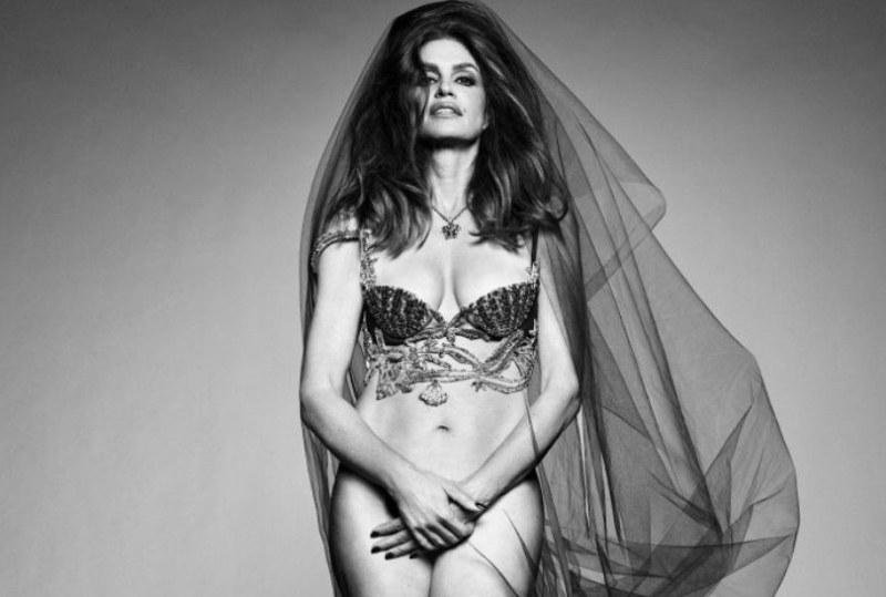 На 55: Синди Крауфорд с провокативна фотосесия без бикини за Vogue