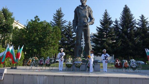 Във Варна почетоха с венци и цветя паметта на Вапцаров
