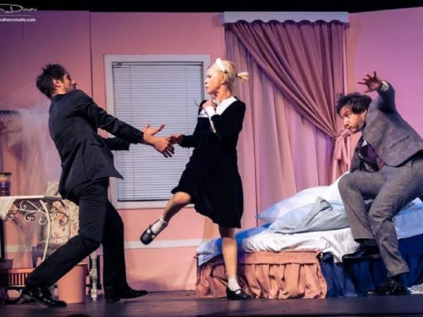 """Безумно весела """"Сватба със закъснител""""! Оглушителен смях и бракоразводно дело в Летен театър"""
